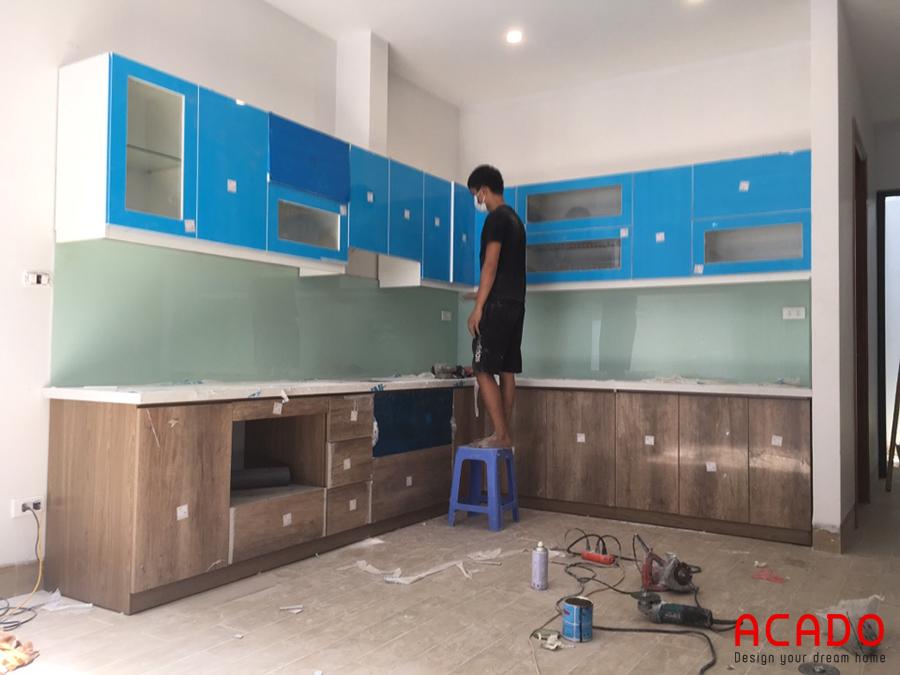 Tủ bếp thiết kế dáng chữ L đầy đủ tiện nghi phù hợp với không gian bếp.