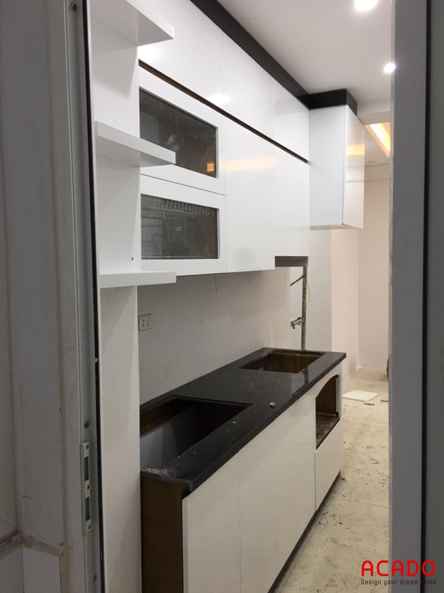 Một góc nhìn khác của tủ bếp đầy đủ tiện nghi.