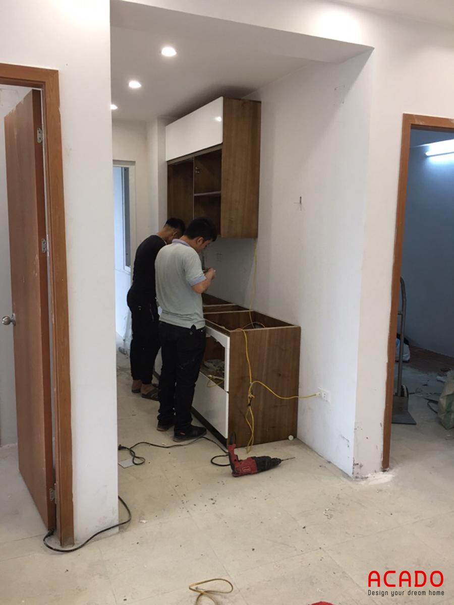Thợ hăng say thi công đóng tủ bếp tại Thanh Hà.