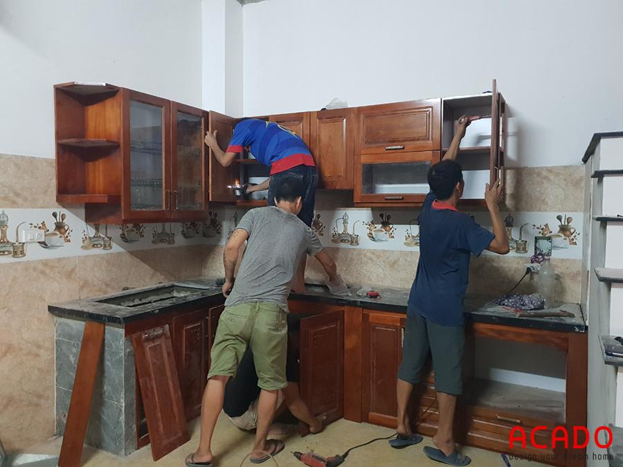 Tủ bếp được thiết kế theo hình chữ L phù hợp vơi không gian.