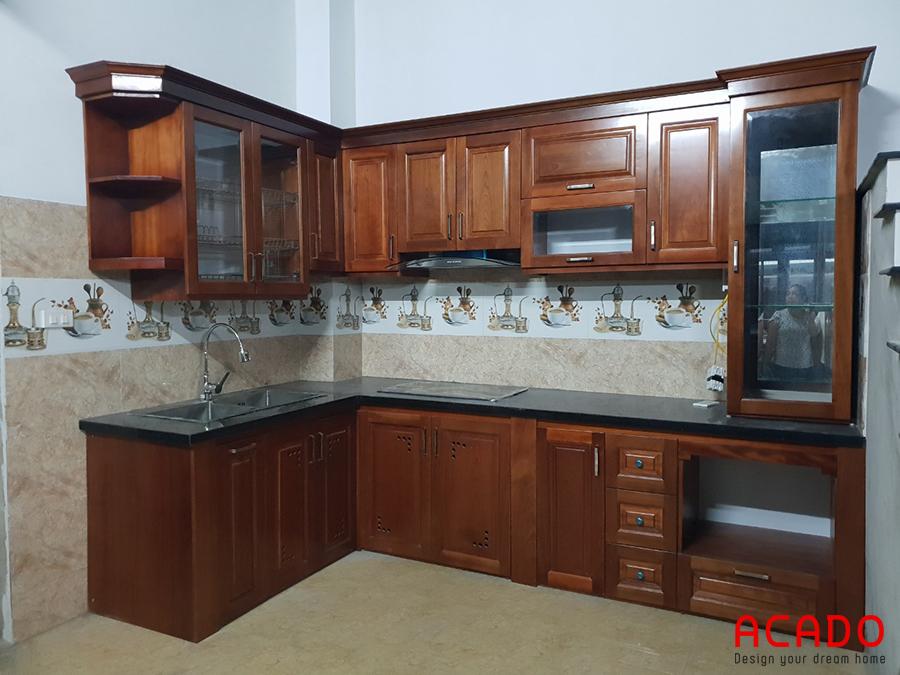 Tủ bếp gỗ xoan đào màu cánh gián hình chữ L mang lại không gian bếp sang trọng và tiện nghi