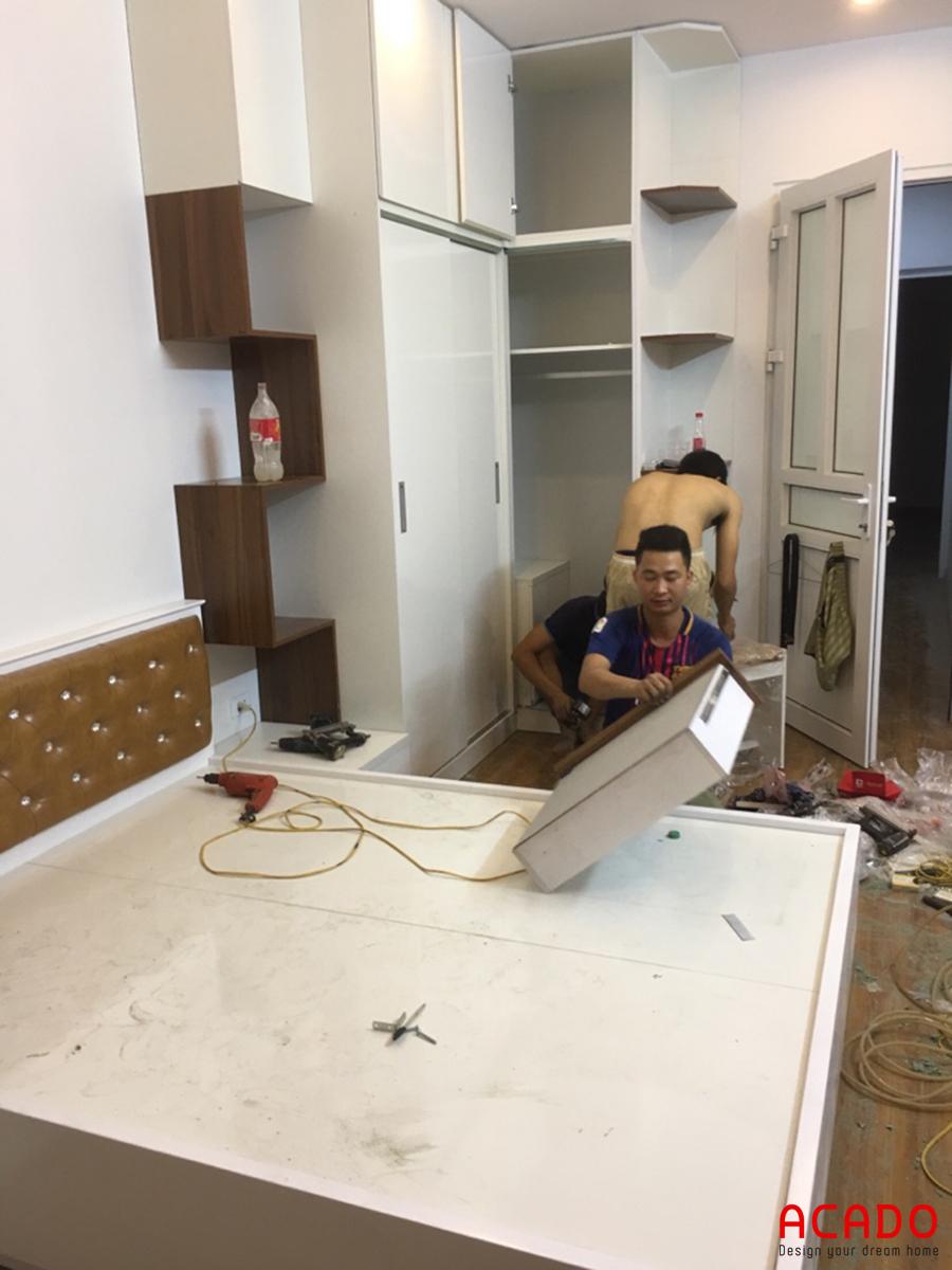 Thợ bắt tay vào thi công sau khi vận chuyển vật liệu đến.