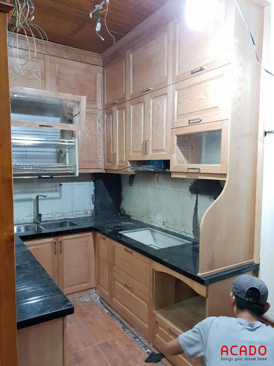 Tủ bếp được thiết kế theo dạng chữ U phù hợp với không gian của căn bếp.