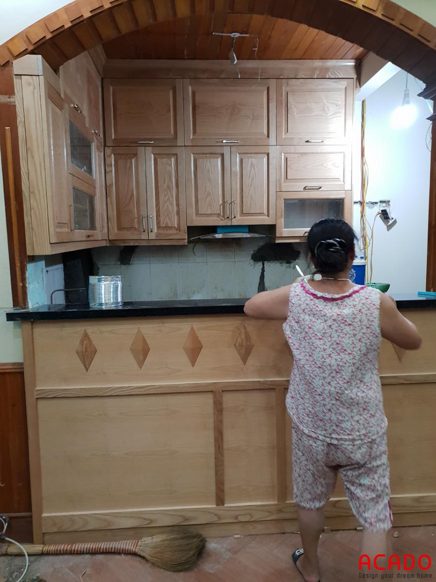 Tủ bếp sử dụng chất liệu gỗ sồi có vân gỗ to và dài.
