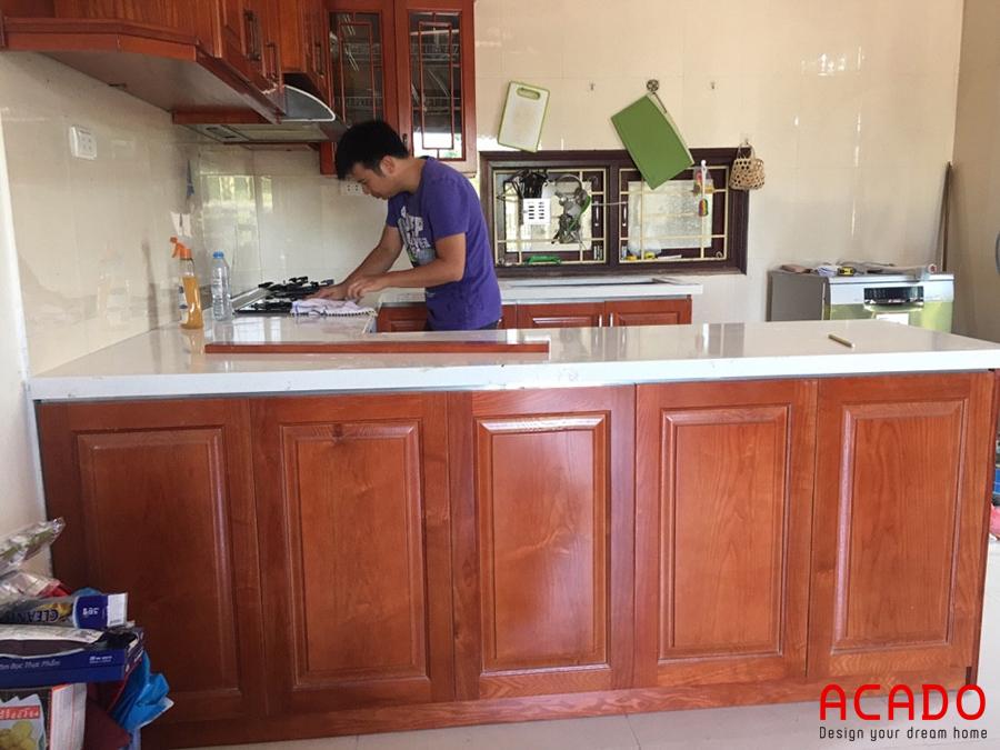 Tủ bếp thùng inox, cánh gỗ sồi là phương án tối ưu để khắc phục tình trạng ẩm mốc của tủ bếp cũ mắc phải.