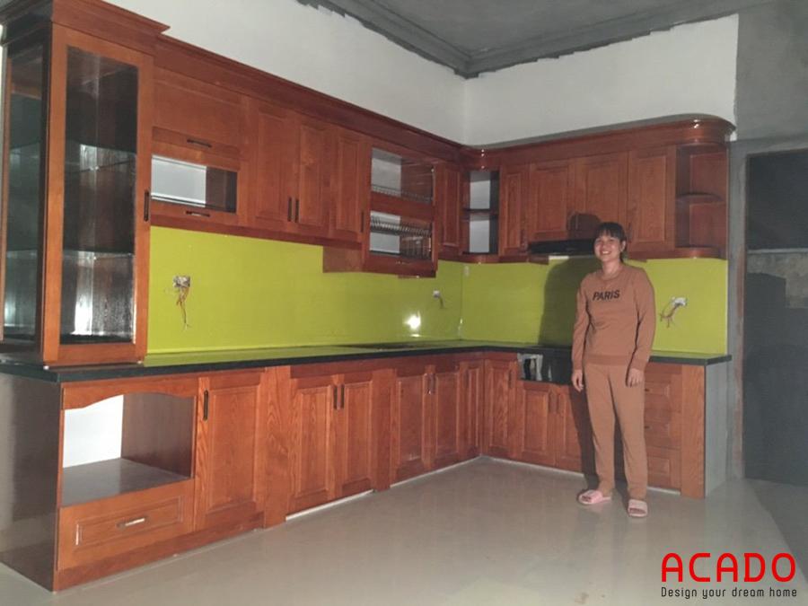 Tủ bếp gỗ sồi phun màu cánh gián ấm cúng và hiện đại.