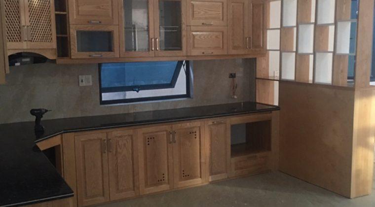 Tủ bếp được thiết kế rất sang trọng và hiện đại.