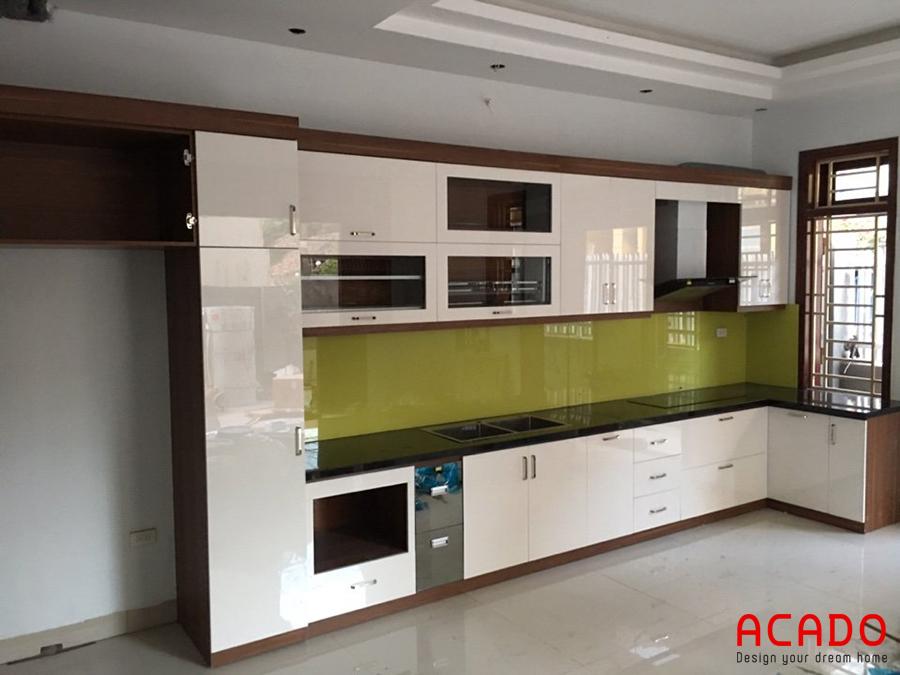 Tủ bếp cánh Acrylic thêm phần sang trọng với điểm nhấn là kính ốp bàn bếp màu xanh non.