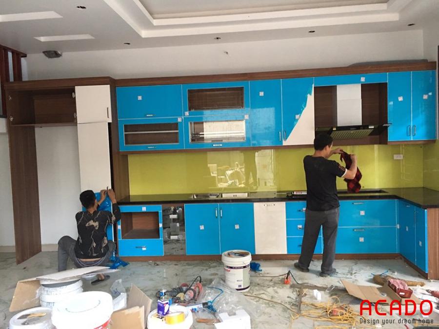 Tủ bếp hình chữ L tiện nghi và phù hợp với không gian bếp.