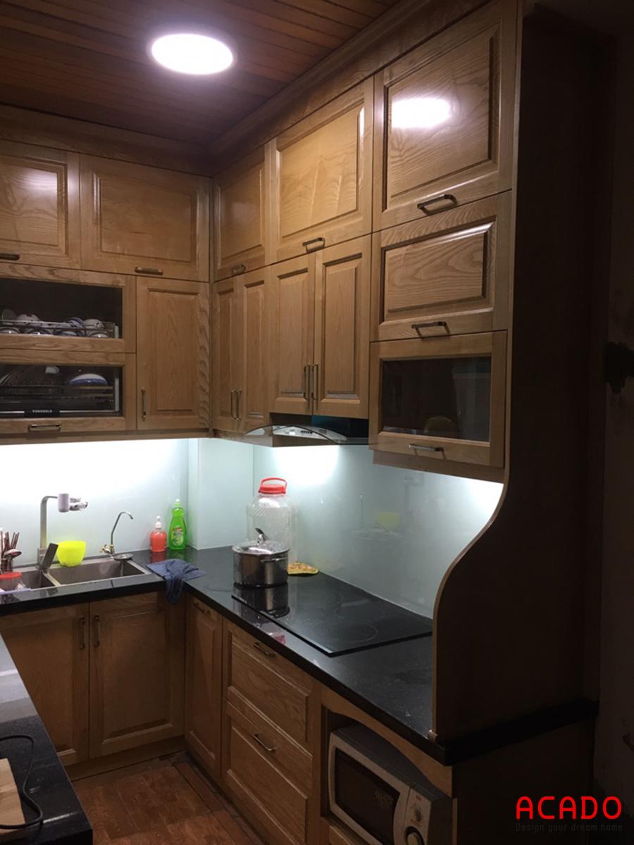 Sau khi lắp kính cường lực ốp bếp, căn bếp tăng thêm phần sang trọng.