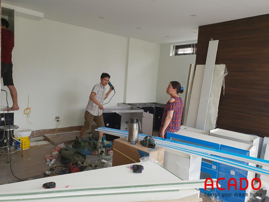 <em>Sau khi vận chuyển đồ đạc tới công trình, những chú thợ của ACADO bắt tay ngay vào công việc lắp đặt thi công nội thất tại Hà Cầu cho gia đình chị Thương.</em>