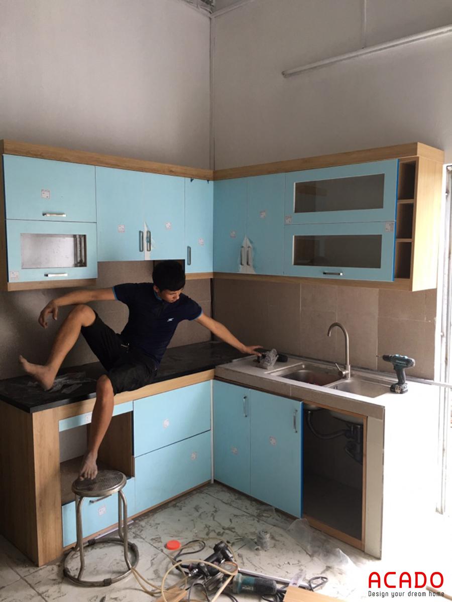 Tủ bếp cánh acrylic khó trầy xước và dễ lau chùi.