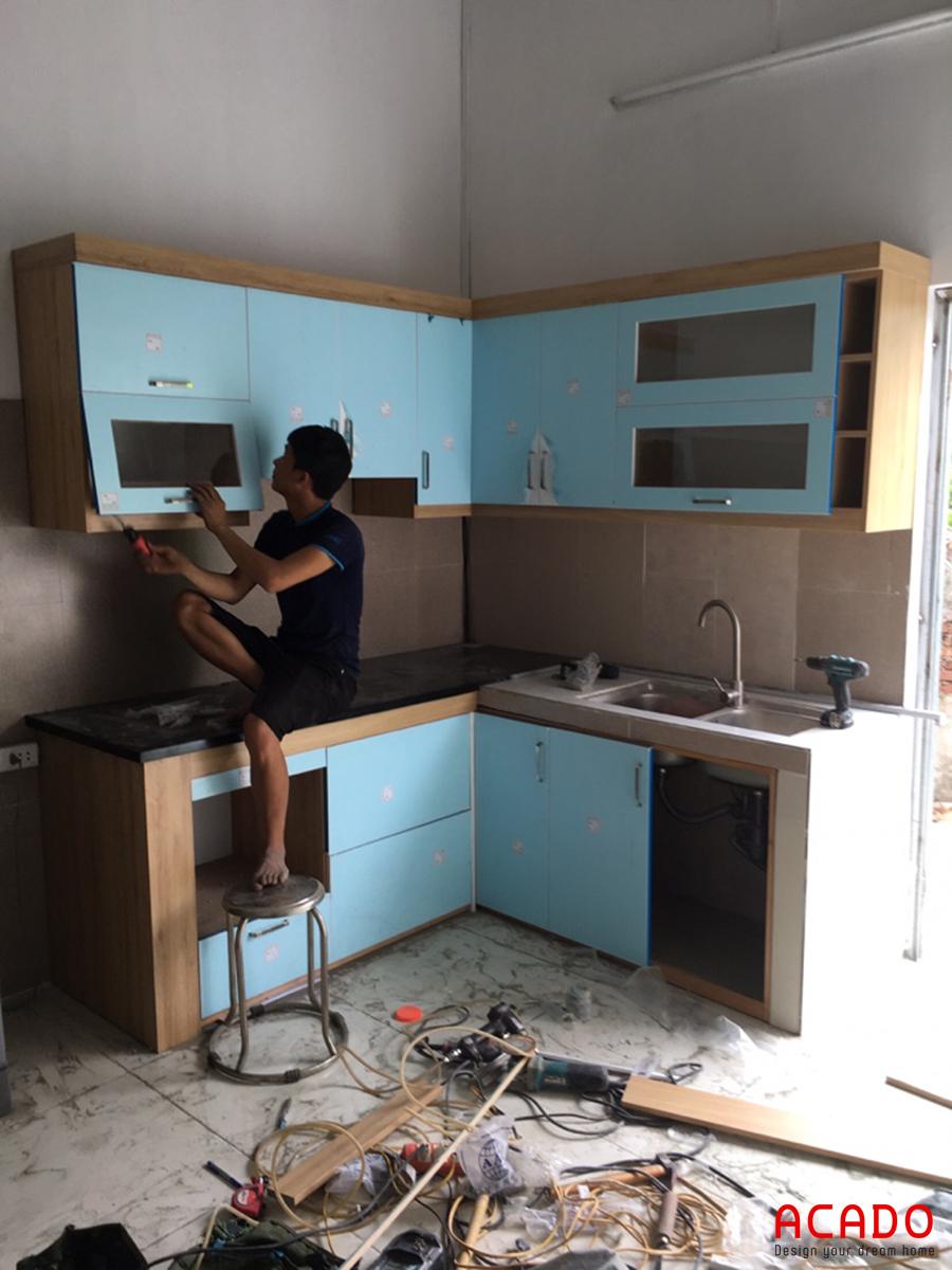 Tủ bếp chữ L phù hợp với không gian bếp nhà chị Giang.