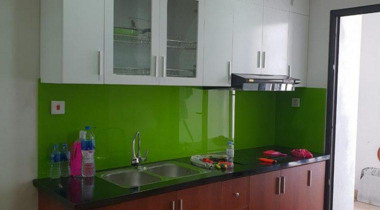 Tủ bếp làm từ chất liệu melamine cốt chống ẩm, hiện đại sau khi hoàn thành.