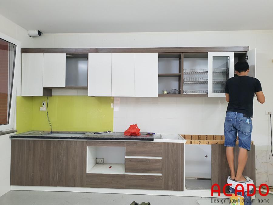 Tủ bếp đang đi đến những bước cuối cùng để hoàn thành.