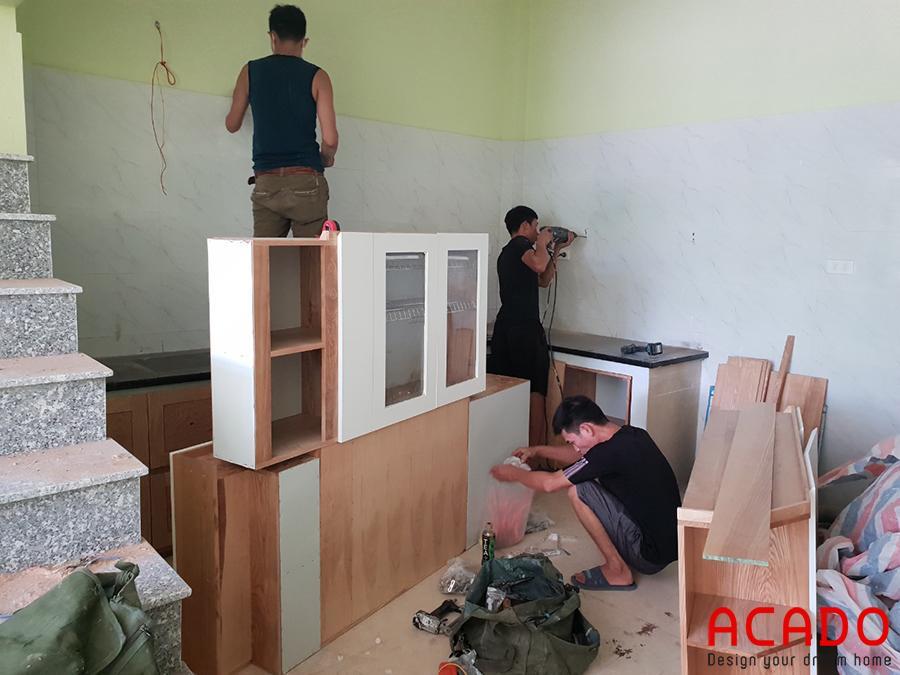 Các chú thợ bắt tay vào làm việc ngay sau khi đồ đạc vừa được vận chuyển đến.