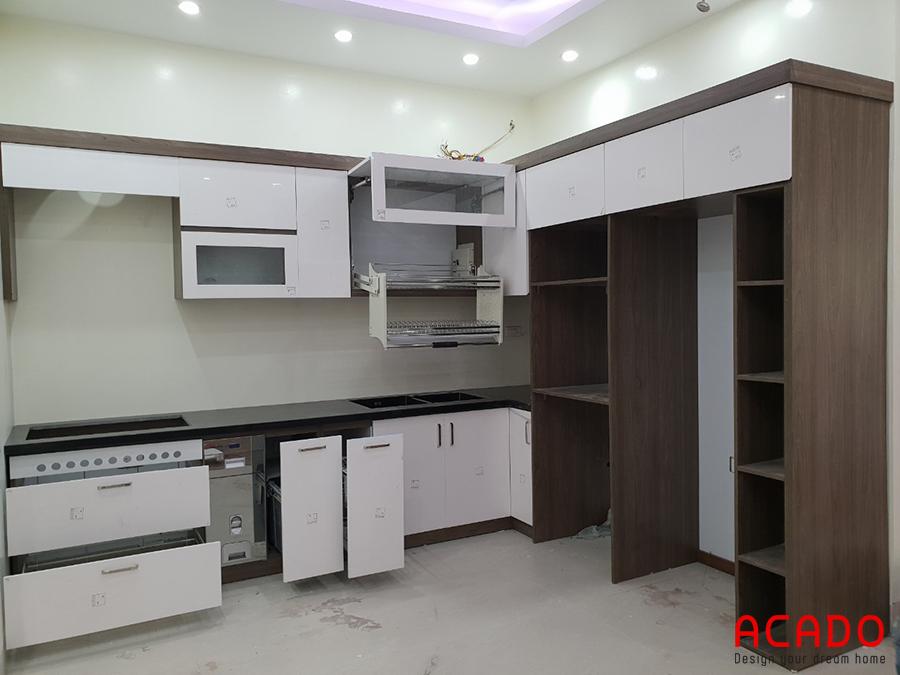 Tủ bếp dáng chữ L đầy đủ tiện nghi và sang trọng.