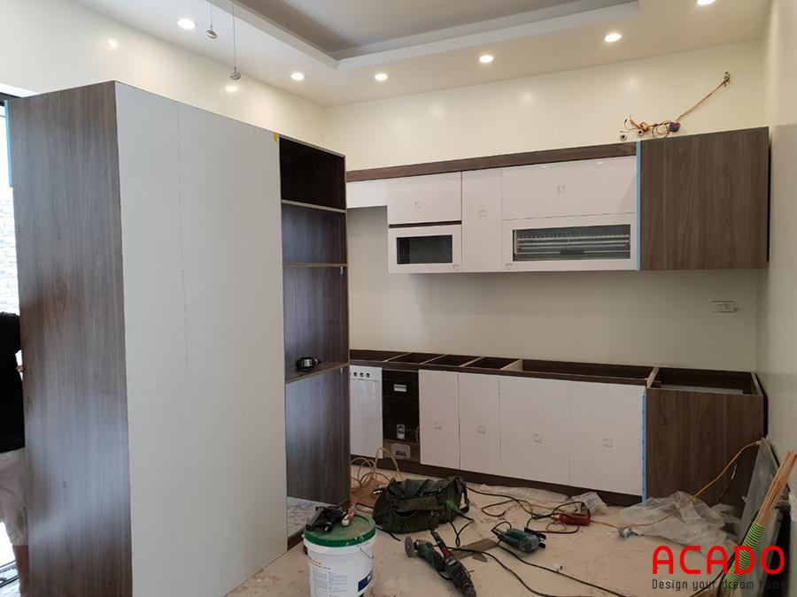 Tủ bếp cánh Acrylic giúp không gian thêm hiện đại và trẻ trung.