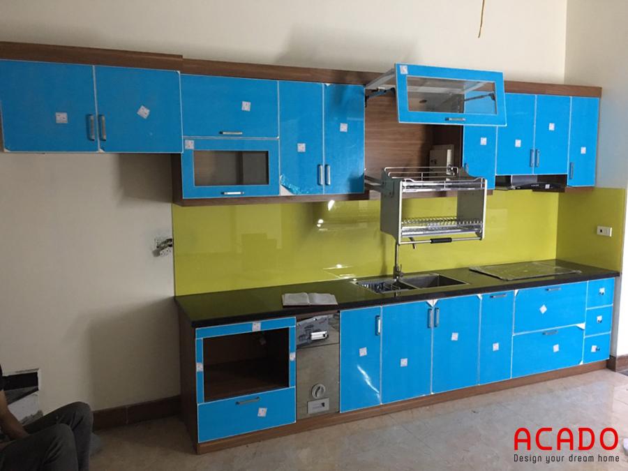 Tủ bếp tiện nghi có giá bát nâng hạ.