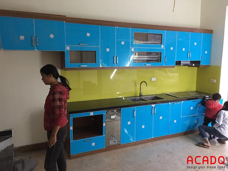 Hình ảnh sau khi hoàn thành thi công tủ bếp tại Lê Văn Lương, chỉ cần bóc lớp nilon chống xước.