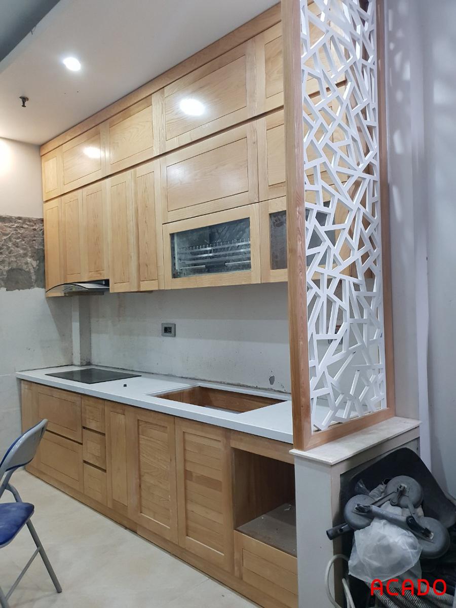 Tủ bếp gần như đi đến mức hoàn thiện, chỉ cần lắp kính ốp bàn bếp nữa là hoàn thành.