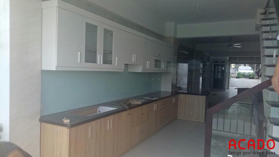 Tủ bếp được thiết kế rất tiện nghi và phù hợp với không gian bếp.