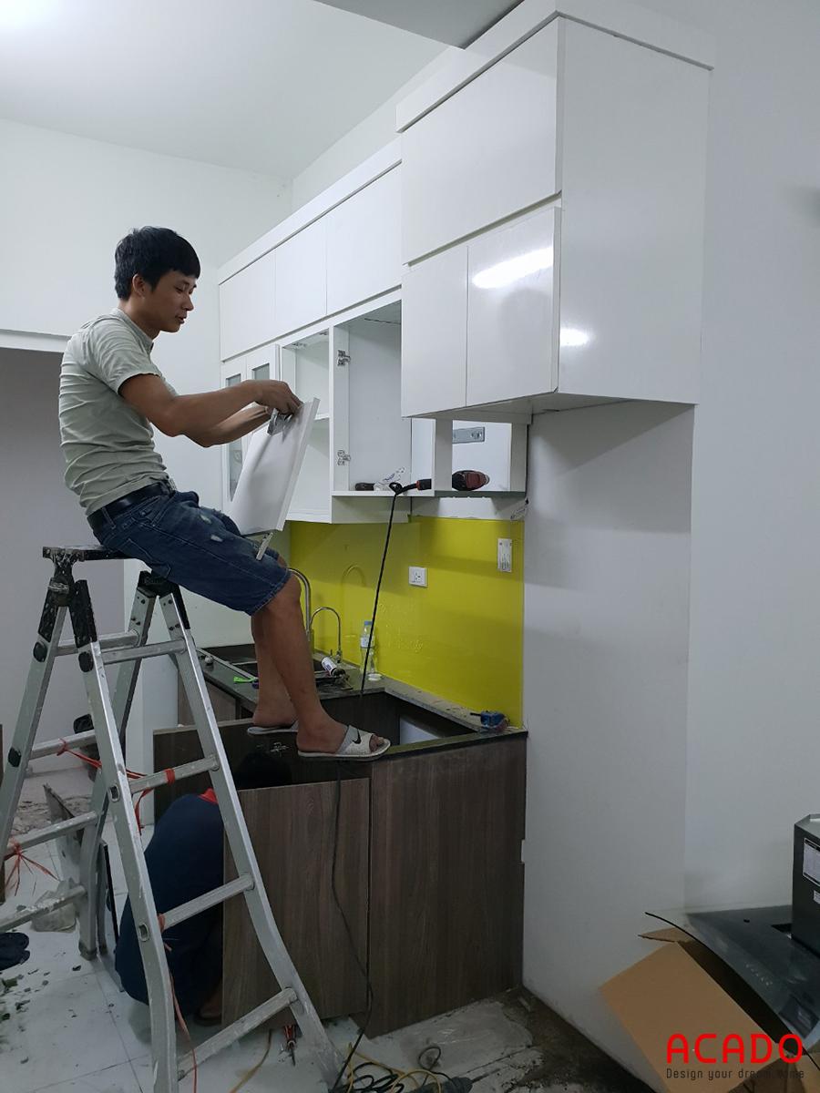 Anh thợ thi công phần cánh tủ bếp.