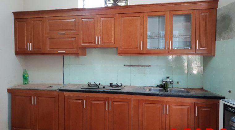 Tủ bếp gỗ xoan đào tự nhiên màu cánh gián mang vẻ đẹp cổ điển, gần gũi