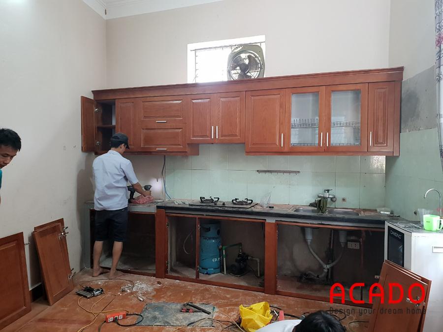 Sau khi tháo dỡ tủ cũ xong, ACADO bắt đầu lắp đặt tủ bếp mới cho gia đình anh Tấn