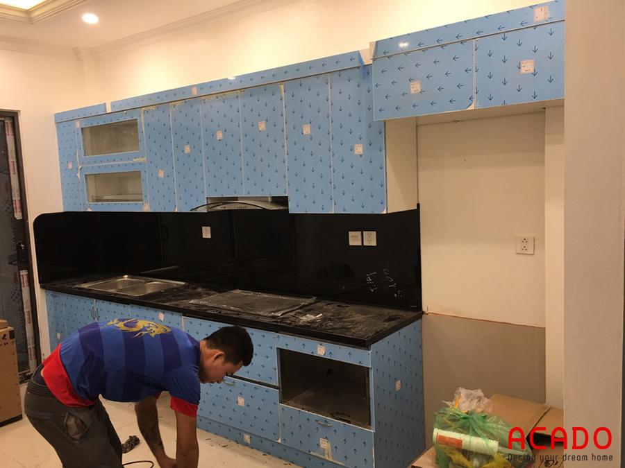 Anh thợ bắt tay thực hiện những bước cuối cùng của quá trình thi công tủ bếp tại Thanh Xuân.