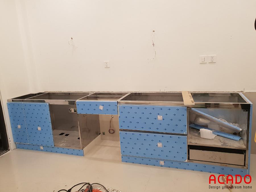 Sau khi khảo sát hiện trạng và thảo luận với gia đình anh Quỳnh, Acado đưa ra phương án sử dụng tủ bếp với chất liệu thùng inox, cánh acrylic.