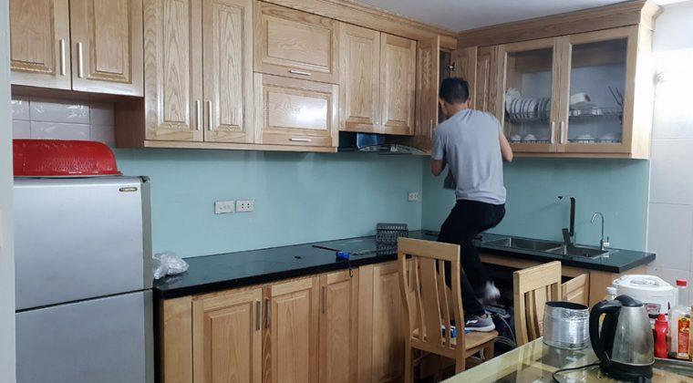 Cánh sồi vàng mang đến không gian bếp ấm cúng, trẻ trung