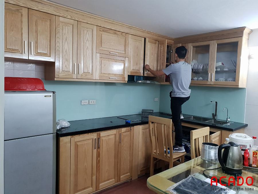 Những bước cuối cùng trong khâu lắp đặt tủ bếp ở Tô Hiệu