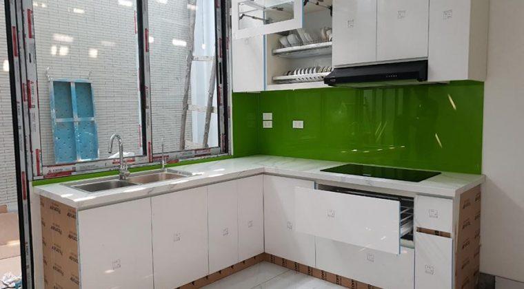 Tủ bếp được thiết kế theo dạng chữ L rất phù hợp với không gian của căn bếp.
