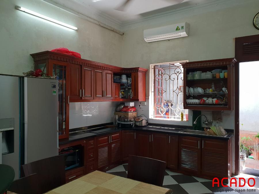 Gian tủ bếp cũ của gia đình anh Thắng bị ẩm và mối mọt.