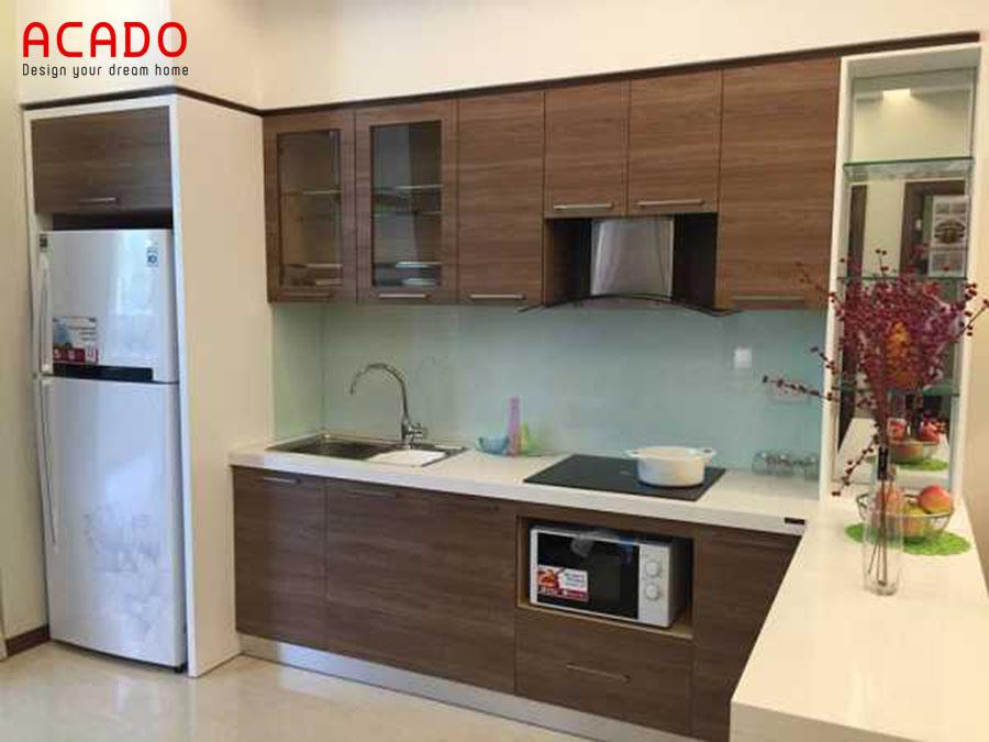 Tủ bếp Laminate màu vân gỗ tự nhiên.