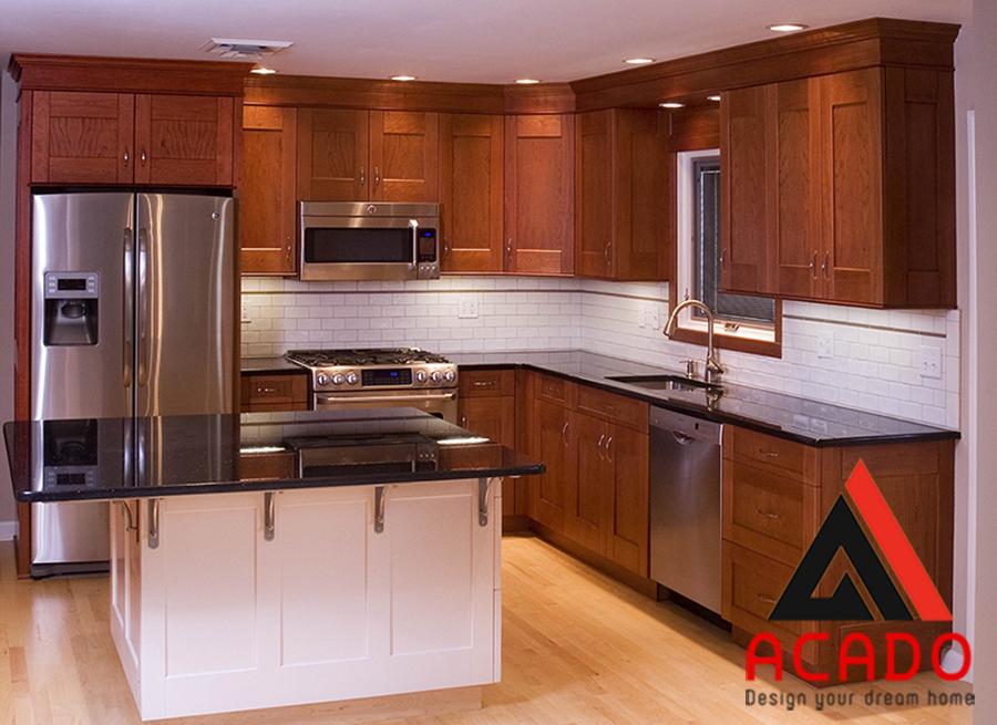 Tủ bếp hình chữ L gỗ xoan đào sang trọng, mang vẻ đẹp cổ điển.