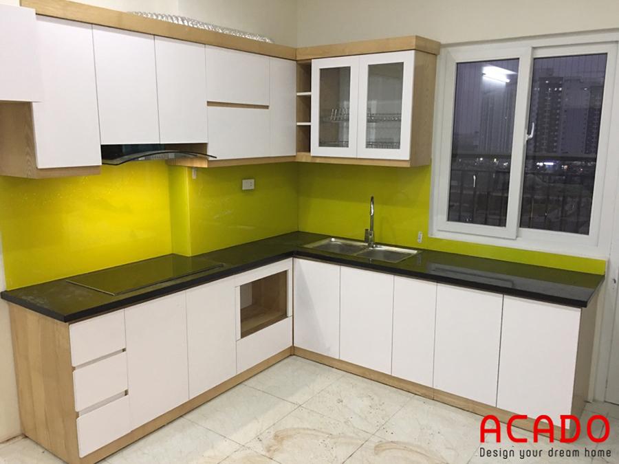 Tủ bếp tông màu trắng với điểm nhấn màu xanh non.