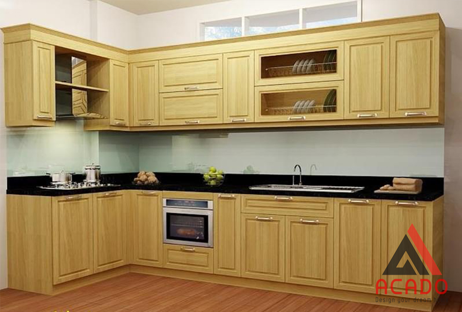 Tủ bếp hình chữ L màu vàng tự nhiên mang vẻ đẹp mộc mạc.