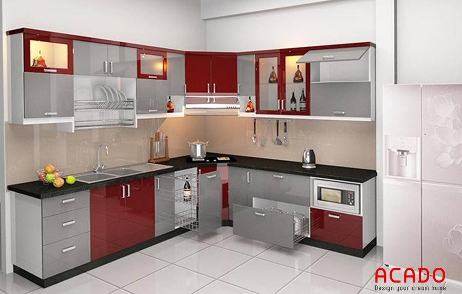 Tủ bếp inox đầy đủ tiện nghi với điểm nhấn cánh tủ màu đỏ đẹp mắt.