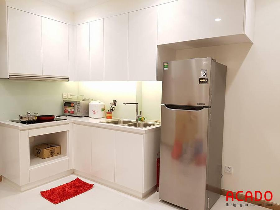 Tủ bếp màu trắng dáng chữ L phù hợp với những không gian có diện tích khiêm tốn.