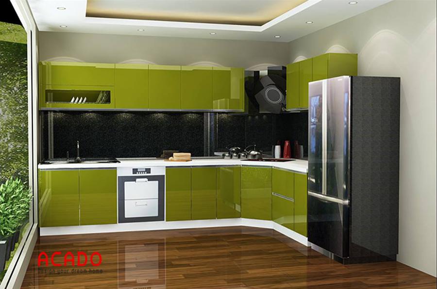 Tủ bếp dáng chữ L cánh acrylic bóng gương độc đáo thu hút người nhìn.