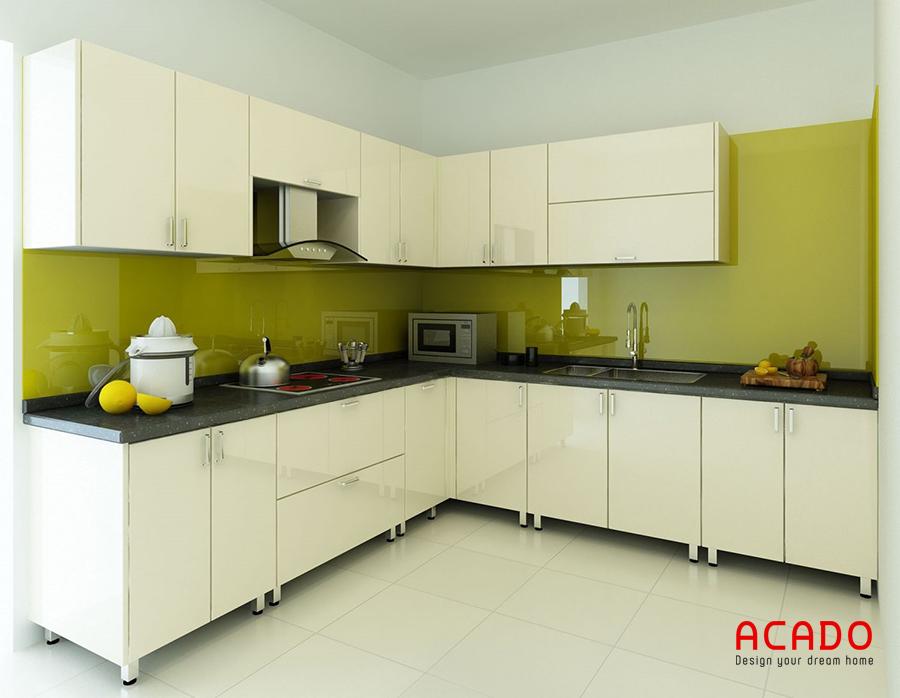 Tủ bếp khung inox, cánh acrylic màu trắng điểm nhấn kính ốp bàn bếp xanh non đẹp mắt.