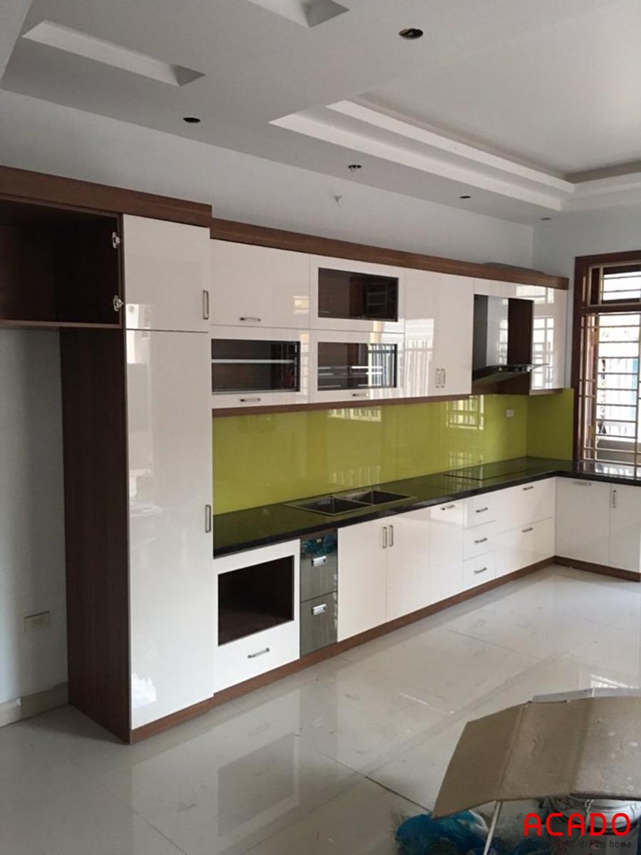 Tủ bếp cánh acrylic màu trắng đầy đủ tiện nghi.