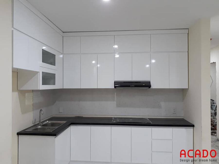 Mẫu tủ bếp dáng chữ L màu trắng mở rộng không gian bếp.
