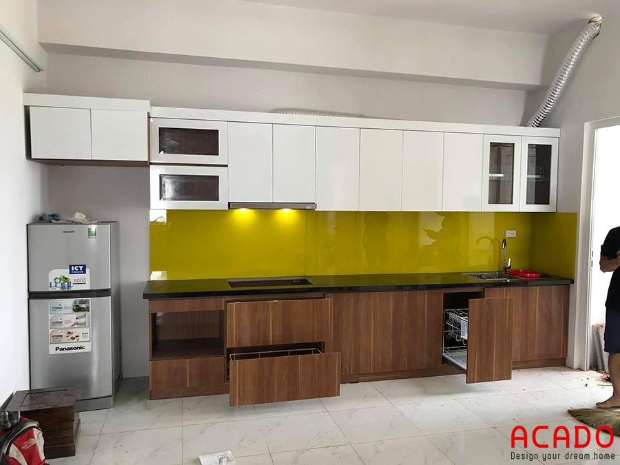 Mãu tủ bếp Melamine đẹp màu vân gỗ kết hợp với màu trắng sang trọng và hiện đại.