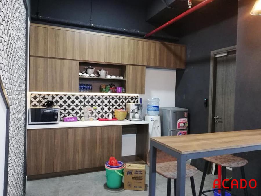 Tủ bếp gỗ Laminate màu vân gỗ với thiết kế thông minh.