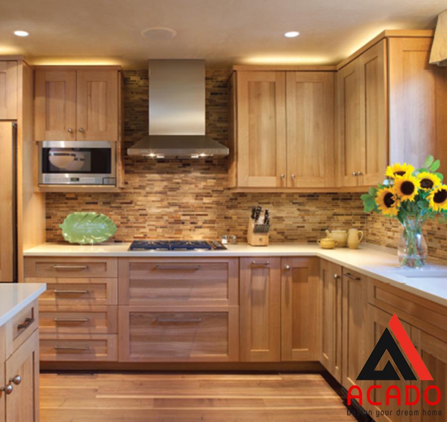 Mẫu tủ bếp có kết hợp với bàn đảo thu hút người nhìn.