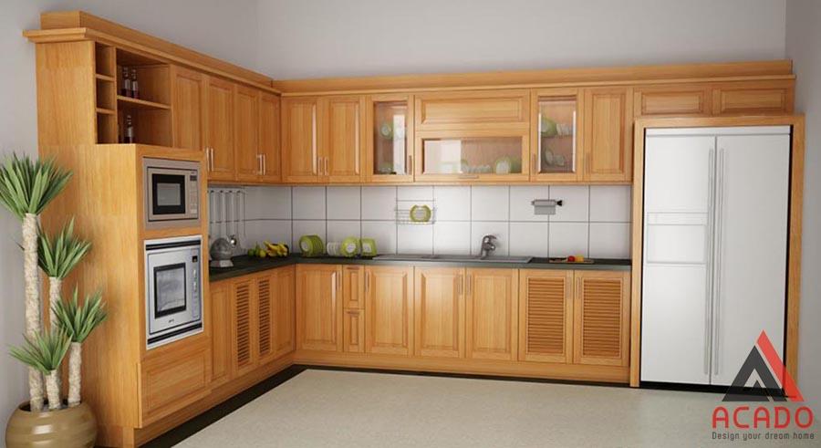 Mẫu tủ bếp gỗ sồi Mỹ dáng chữ L dễ dàng vệ sinh sau khi sử dụng.