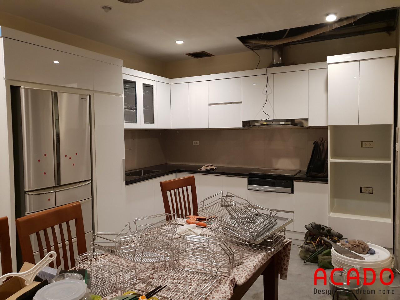 Tủ bếp inox cánh gỗ công nghiệp trắng sang trọng cho mọi không gian bếp